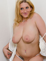 Curvy amateur Raina Fox